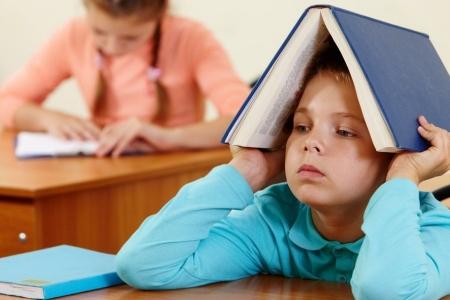 Школа нова, а проблеми старі: прикарпатські першокласники змушені навчатися без належного інвентарю (відео)